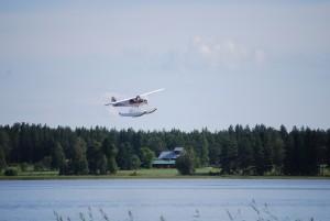 Lentoonlähtö järvestä